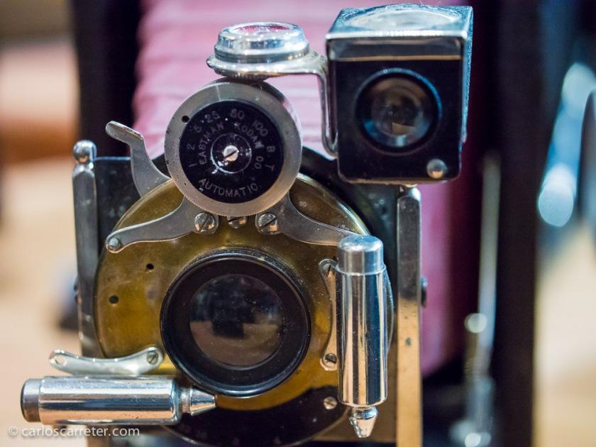 Hoy os dejo con una bella imagen de las bellas cámaras de antaño; en la feria de antigüedades de Zaragoza.