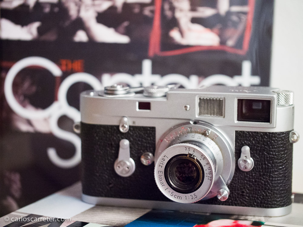 Horas más tarde, ya en casa, monto un objetivo sobre mi nueva Leica, para poder presentarla en sociedad.