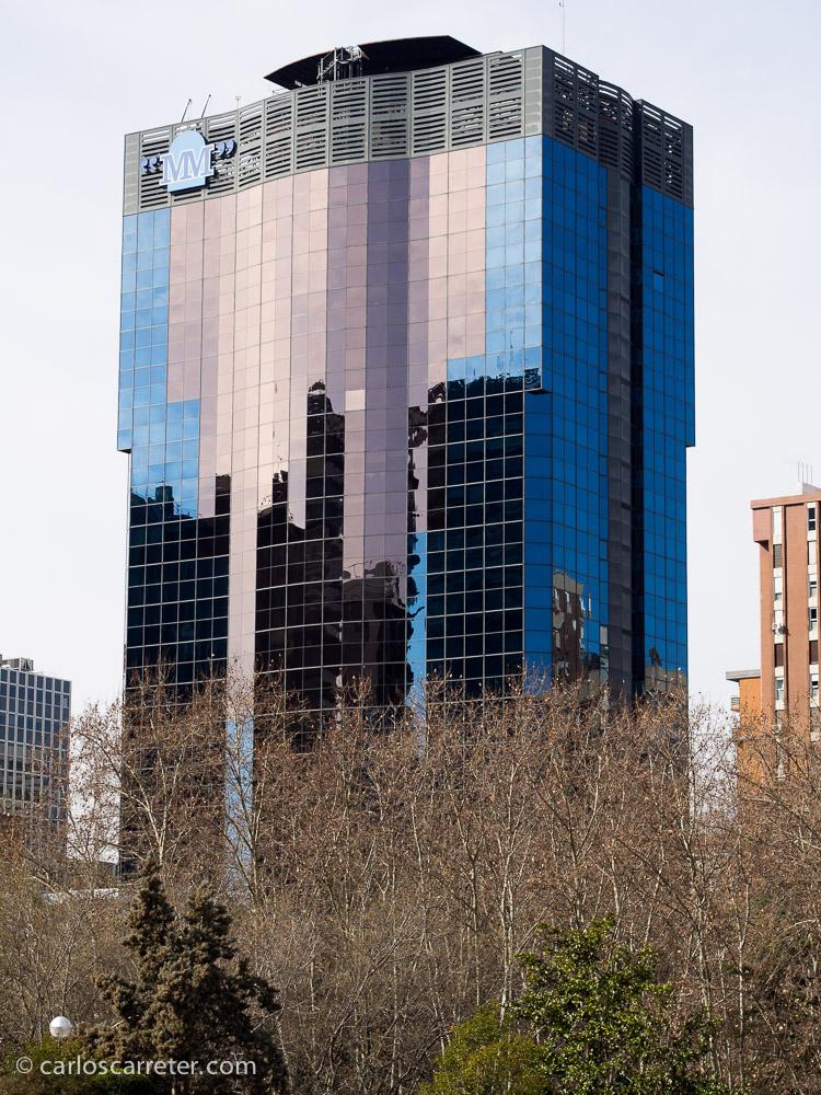 La sala de exposiciones de Azca está rodeada de los vistosos rascacielos que pueblan el lugar, al norte de Nuevos Ministerios.