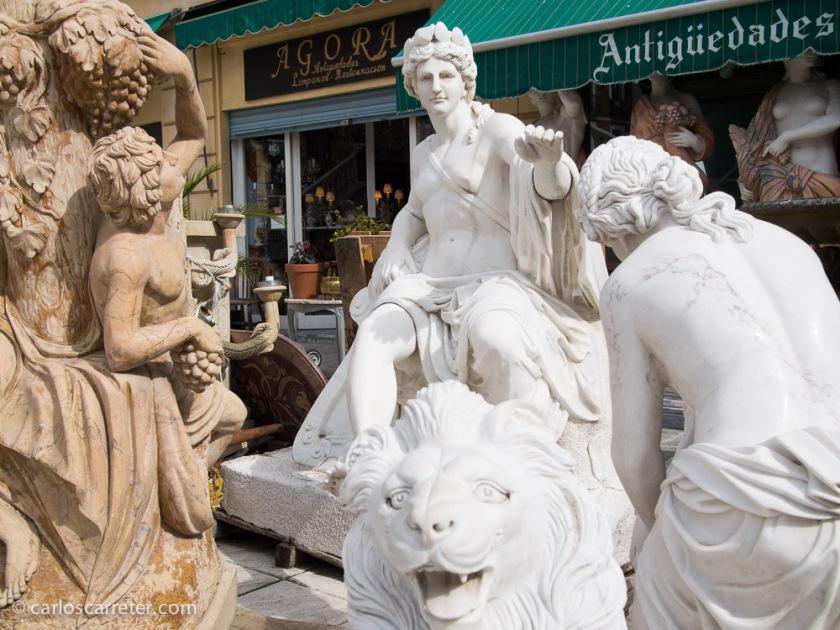 En el entorno de la Ribera de Curtidores hay abundancia de tiendas de antigüedades por lo que nos entretenemos un rato por la zona.