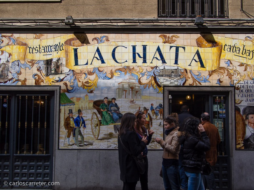 Muy animados estaban los abundantes mesones y restaurantes de la calle Cava Baja.