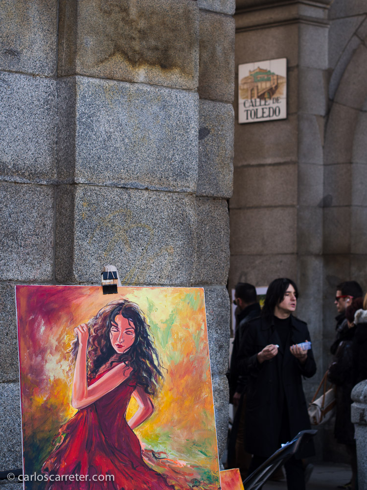 Hemos pasado por la Plaza Mayor, donde nos han sorprendido las pinturas de mujeres raciales vestidas de rojo que se repetían en diversos puestos. ¿A todos los pintores se les ocurre el mismo tema?