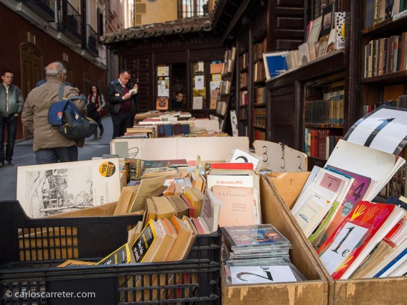 Y por la librería San Ginés, un rincón junto a la calle Mayor que me encanta.