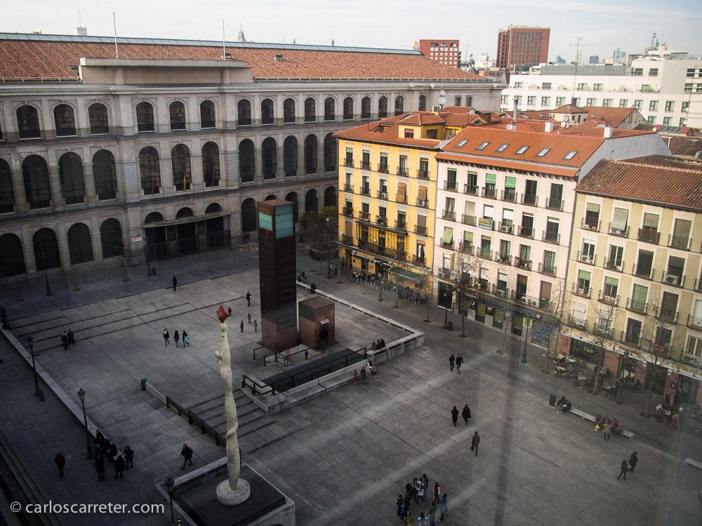 Llegamos al Museo Centro de Arte Reina Sofía, donde los sábados por la tarde, la entrada es gratuita. Pero no hay aglomeraciones. Más de turistas que de locales aprovechando la ocasión. Están más ocupados con las cosas del pelotón futbolero.
