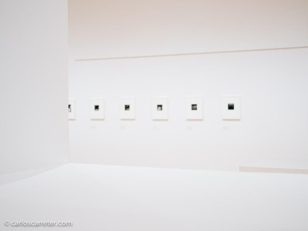 Poca gente en la exposición de Robert Adams, podemos visitarla sin agobios, deteniéndonos en las imágenes que más nos gustan o nos dicen algo.