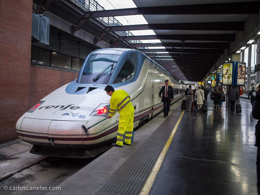 Poco antes de la salida, los encargados del mantenimiento de los trenes, limpian los frontales de los insectos que mueren aplastados contra el tren, que avanza a ratos a 300 km/h.