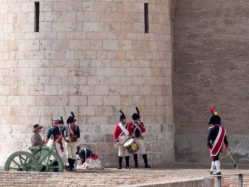 Tropas dispuestas para el combate en torno al palacio de la Aljafería.