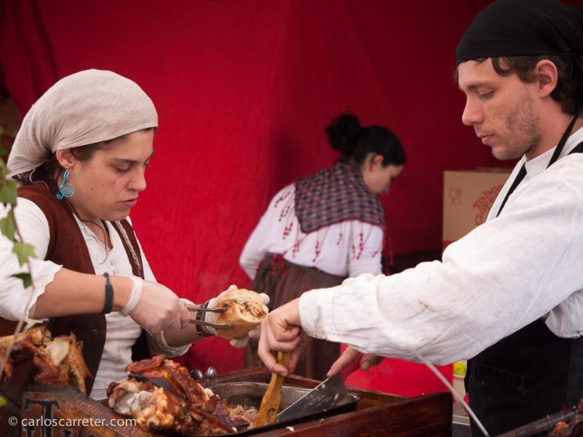 En los puestos de artesanías y comidas, estos últimos han sido los más exitosos, con abundancia de carnes y embutidos. Mucho colesterol.
