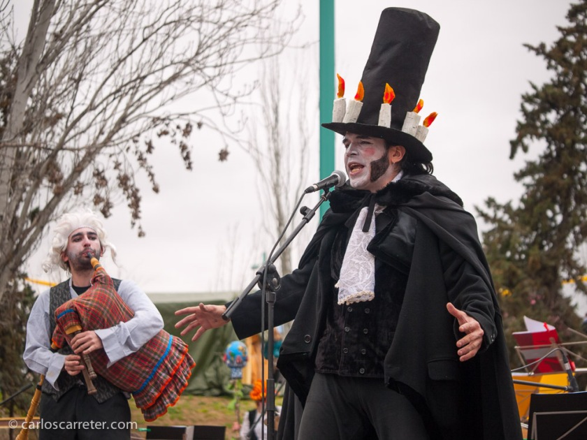 Un pasacalles. Este tipo, se supone que es Goya. O el sombrerero loco del País de las Maravillas. Vaya usted a saber.
