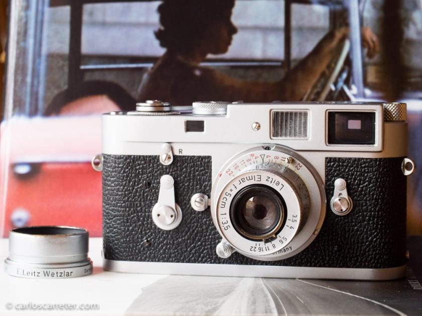 Leica M2 con el objetivo para montura de rosca Leitz Elmar 5 cm 1:2, con adaptador para bayoneta M.