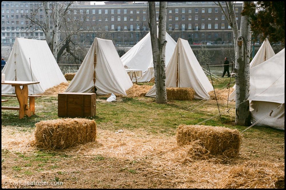 Campamento de los recreacionistas de los Sitios de Zaragoza en la arboleda de Macanaz.