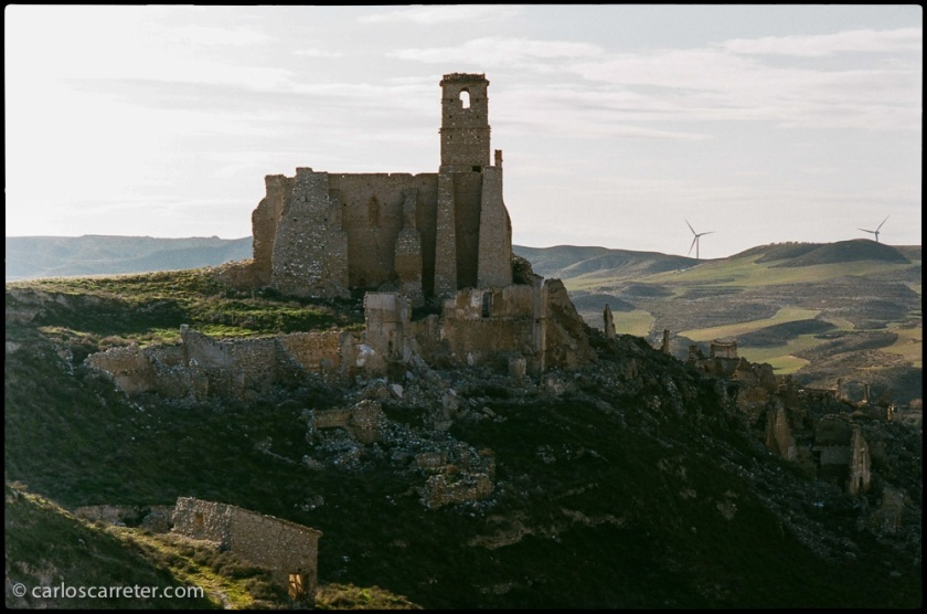 El pueblo viejo de Rodén a contraluz.
