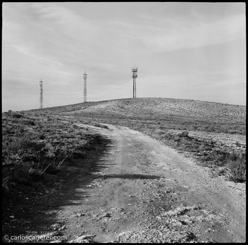 Por el camino de acceso al yacimiento arqueológico íberorromano.