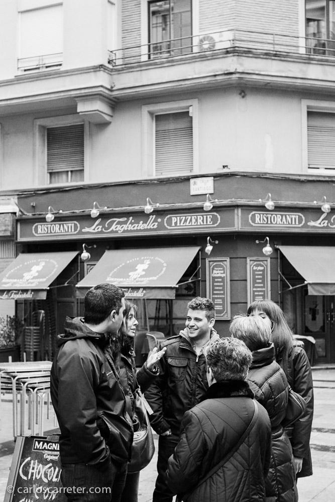 Grupos de amigos se reunen en la calle Don Jaime para pasar el día de fiesta.