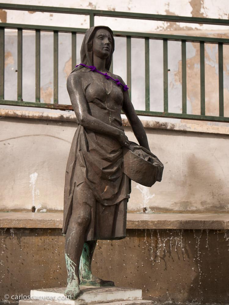 La lavandera de la Balseta apenas llevaba un cordoncillo sobre su hombro izquierdo.