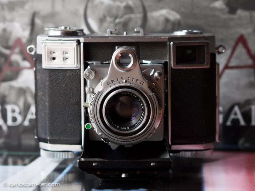 Zeiss Ikon Contessa con un objetivo fijo Tessar 45 mm f/2,8, fabricada a principios de los años 50. Era una cámara para aficionados, e incluía un fotómetro. Muy útil.