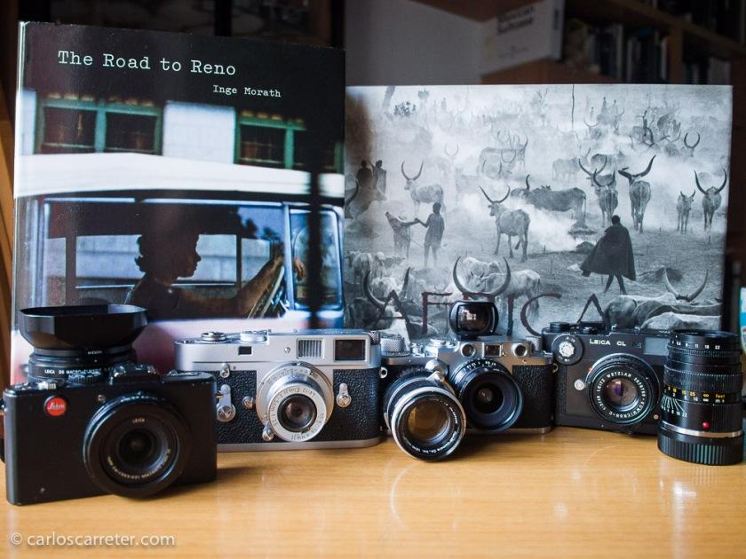Mi colección de chismes con marca Leica, o afines al sistema ante dos libros de usuarios de la marca, Inge Morath y Sebastião Salgado.