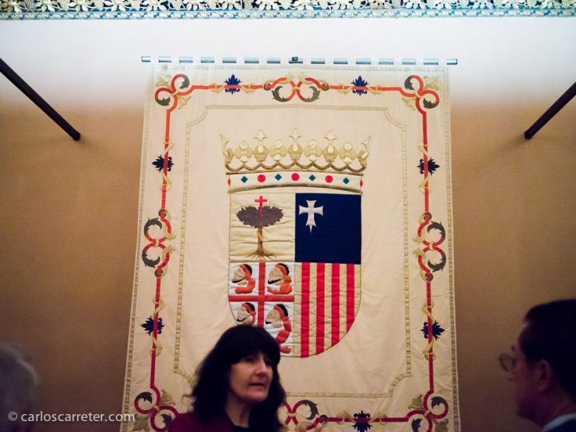 La guía explica a los presentes el origen de los cuarteles del escudo del Reino de Aragón.