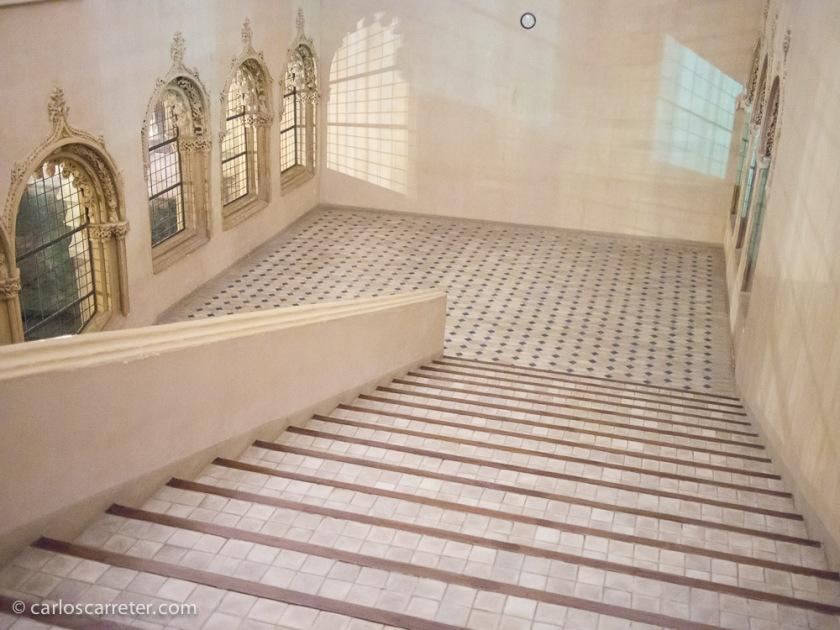 La visita a la parte histórica se realiza por las amplias escalinatas que nos devuelven a los patios.