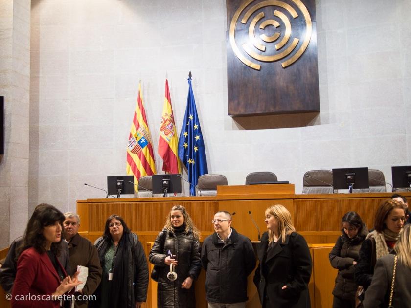 Se visitó también la parte institucional del palacio, sede de las Cortes de Aragón; en concreto, visitamos el salón de plenos.