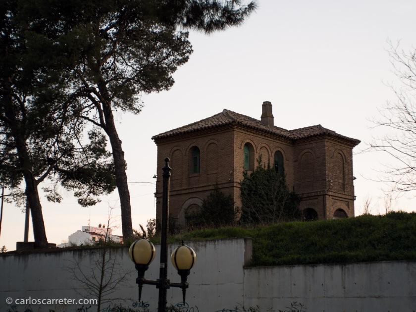 Una casa silueteada en alto contra la luz del ocaso,... ¿será la de los Bates? Probablemente no; el estilo de arquitectura con su ladrillicos y esas cosas me hace suponer que está en Zaragoza.
