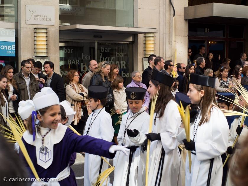 Por supuesto, siendo el primer día de la semana santa, nos encontramos con la procesión de turno. Y nos paramos un momento.