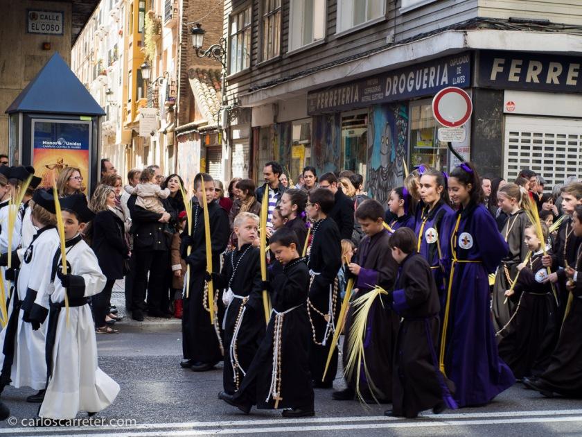 En cualquier caso, los niños difícilmente dan un aspecto solemne a estas procesiones. Que con la lluvia, les está yendo mal este año. Cosas de la época.