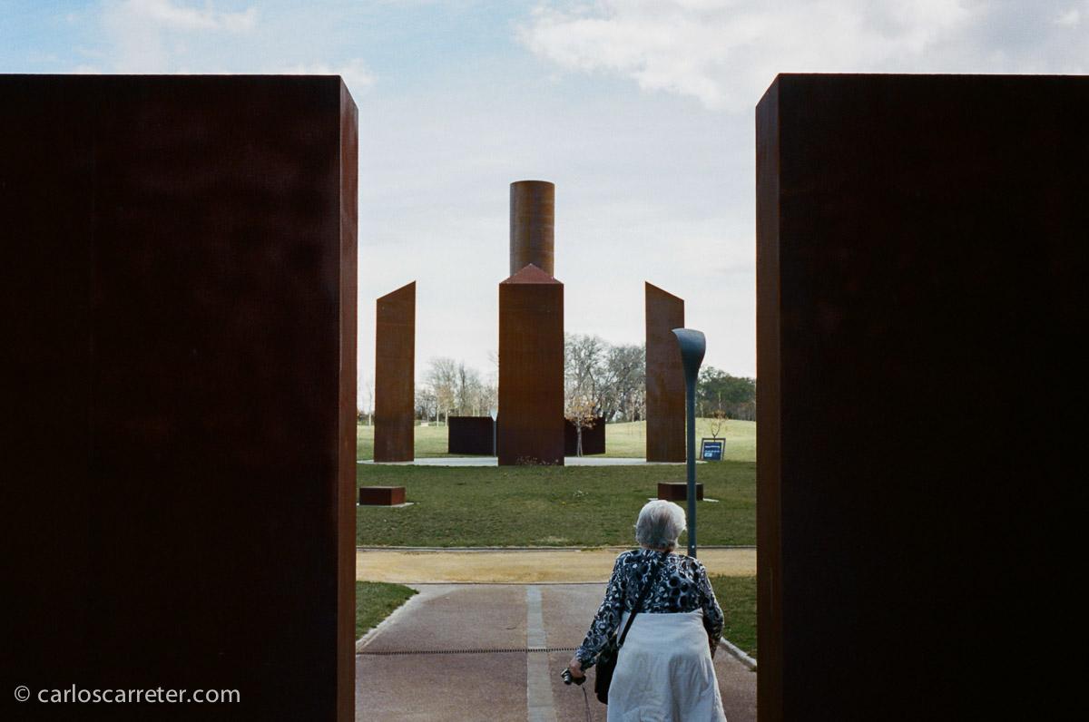 Ante el monumento a las culturas que se han sucedido en Zaragoza.