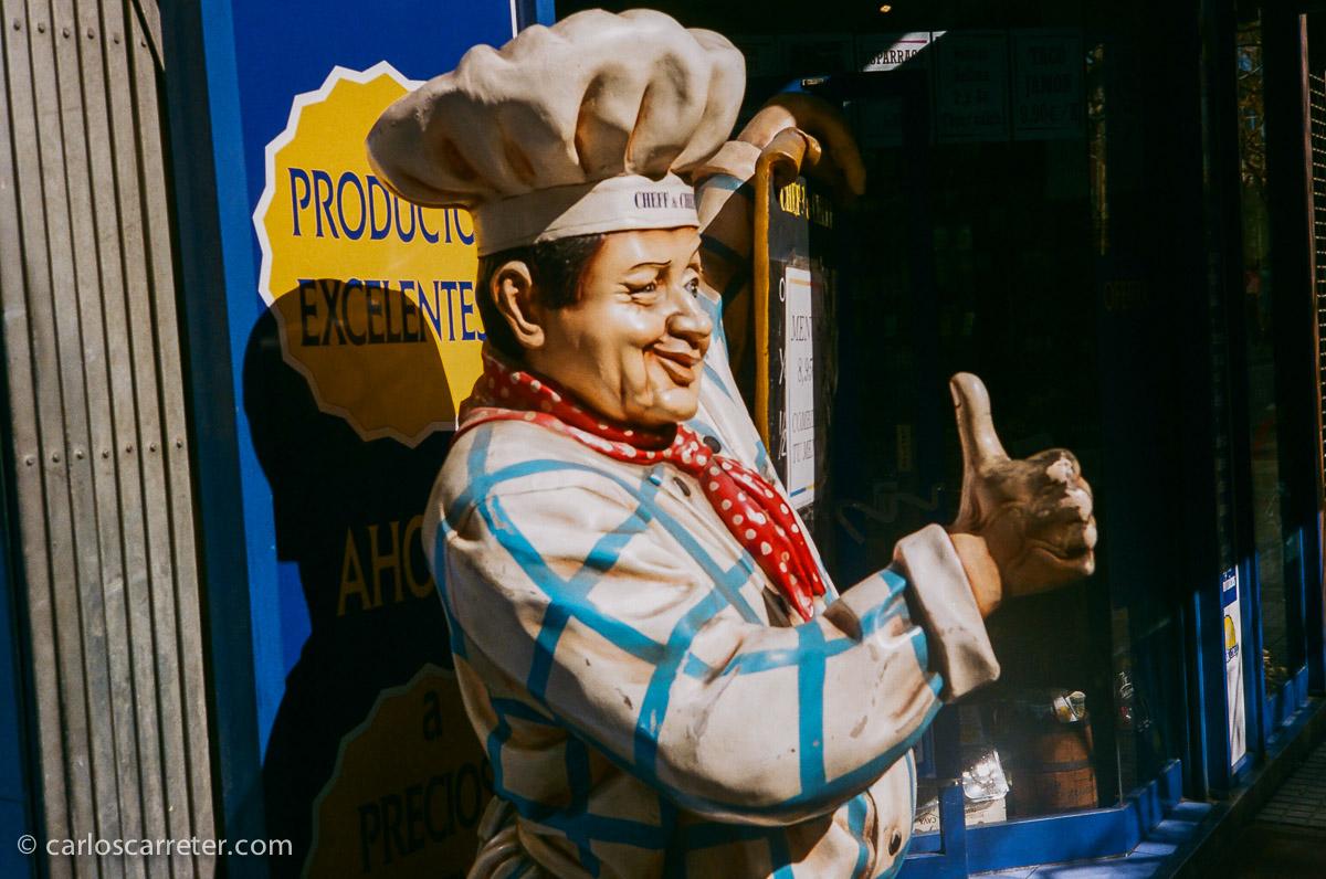 Simpático cocinero en la tienda de precocinados de la avenida de San José.