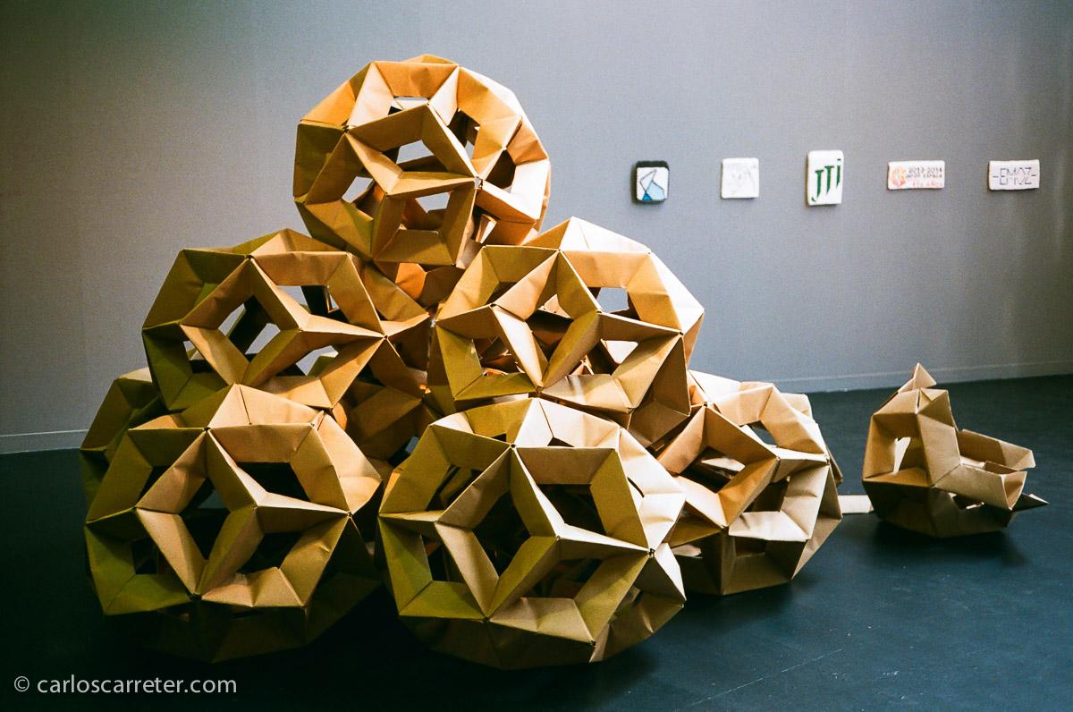 Montaje con esculturas de papel en el Centro de Historias de Zaragoza.