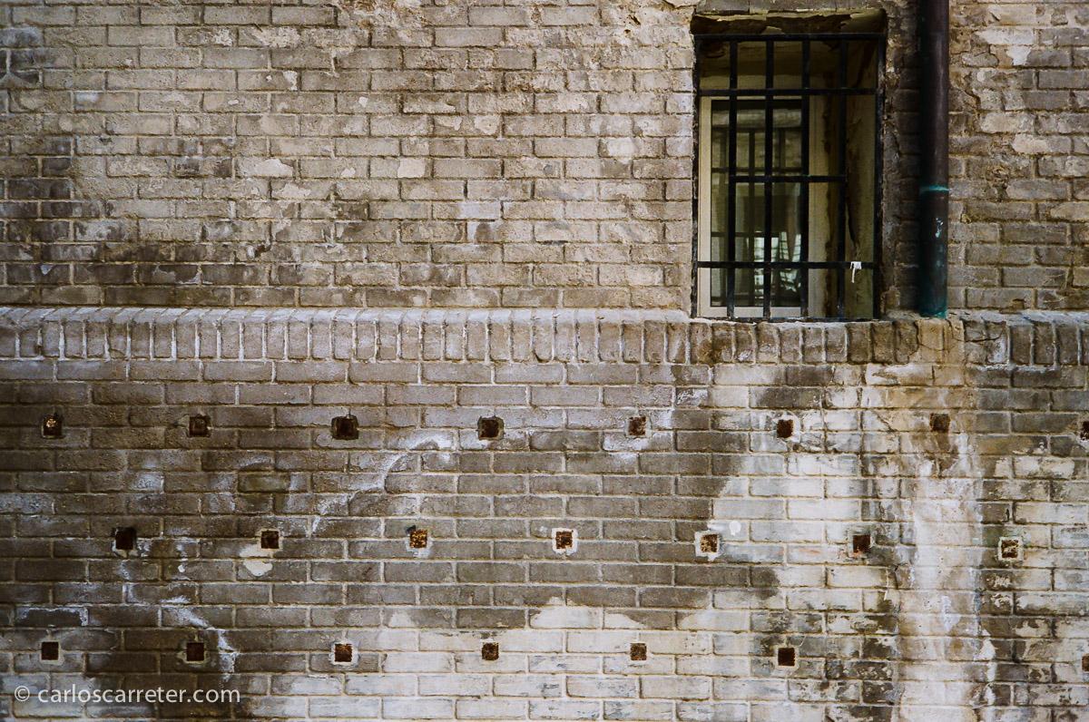 Viejas paredes y ventanas en la plaza de San Agustín.