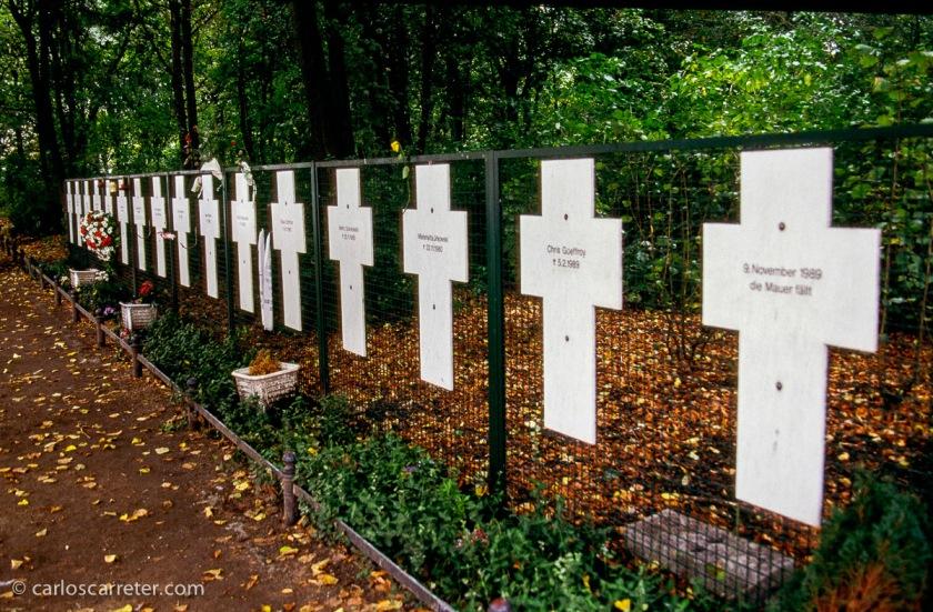 Entre el Bundestag y la puerta de Brandemburgo, en los límites del Tiergarten, encontramos los memoriales a algunas de las víctimas que no pudieron alcanzar su objetivo de salir de la infame RDA.