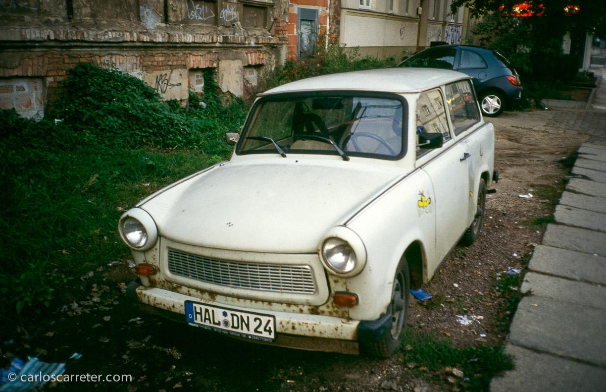 """No faltan los Trabant en el """"decorado"""" de la película de hoy; el de la fotografía estaba estacionado en Halle, en 2002, mientras daba un paseo esperando una conexión ferroviaria."""