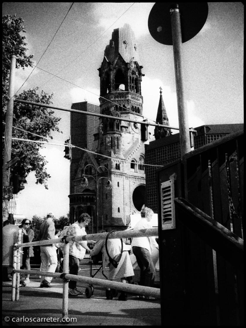 No faltan recuerdo de la barbarie bélica en Berlín; como la ruinosa iglesia conmemorativa que vemos desde la Tauentzienstraße.