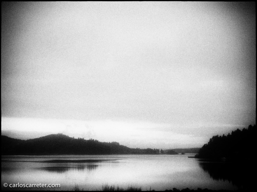 No dispongo de imágenes ni de China ni de los lagos neozelandeses; pero respecto a estos últimos, este lago noruego visto desde el tren entre Oslo y Bergen será un perfecto sustituto.