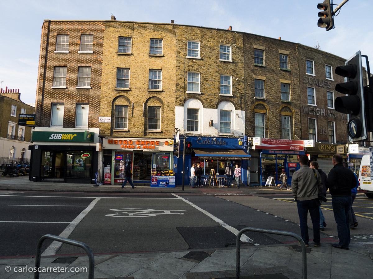 Después de varios días con fotos de Italia, volvamos ahora a Londres, a los alrededores de King's Cross, ciudad donde se desarrolla buena parte de la acción de la película que comento hoy.