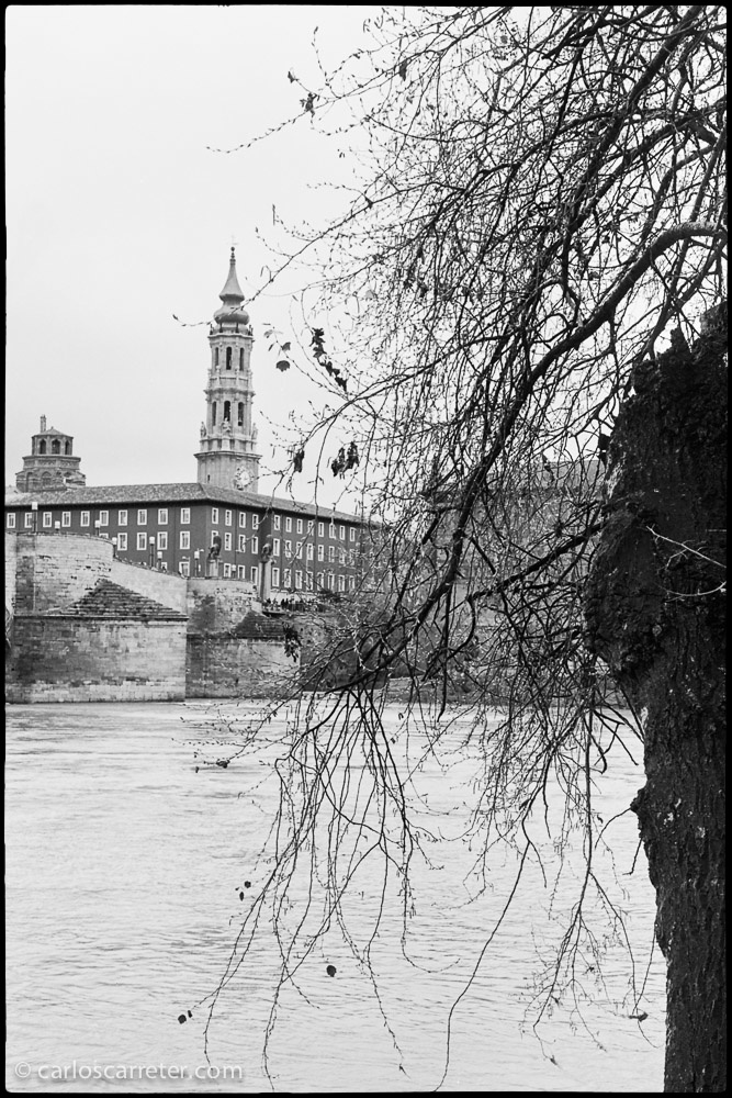 Ya que hemos mencionado la Leica M2, os dejo una foto de la Seo de Zaragoza y del río Ebro hecha con la mía.