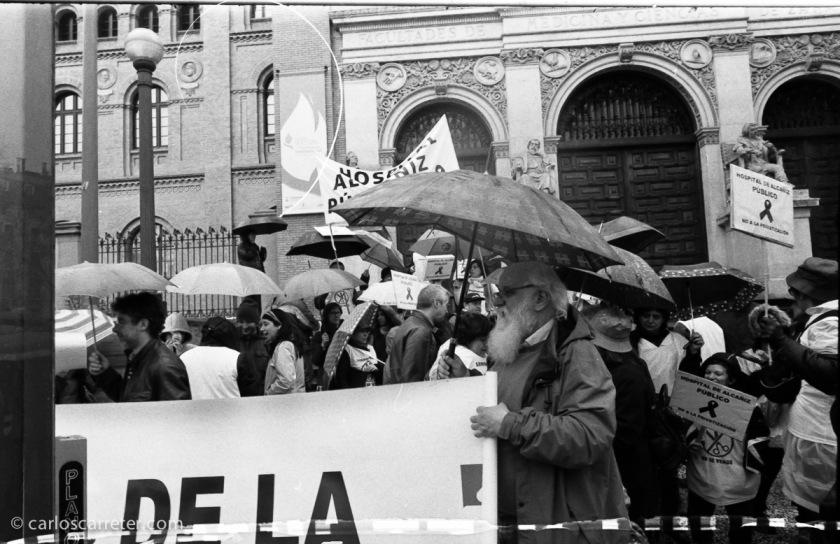 Manifestantes en la plaza de Paraíso, Zaragoza.
