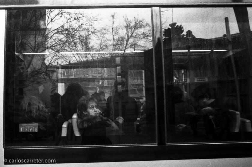 Viajera en el tranvía en la plaza de Aragón, Zaragoza.