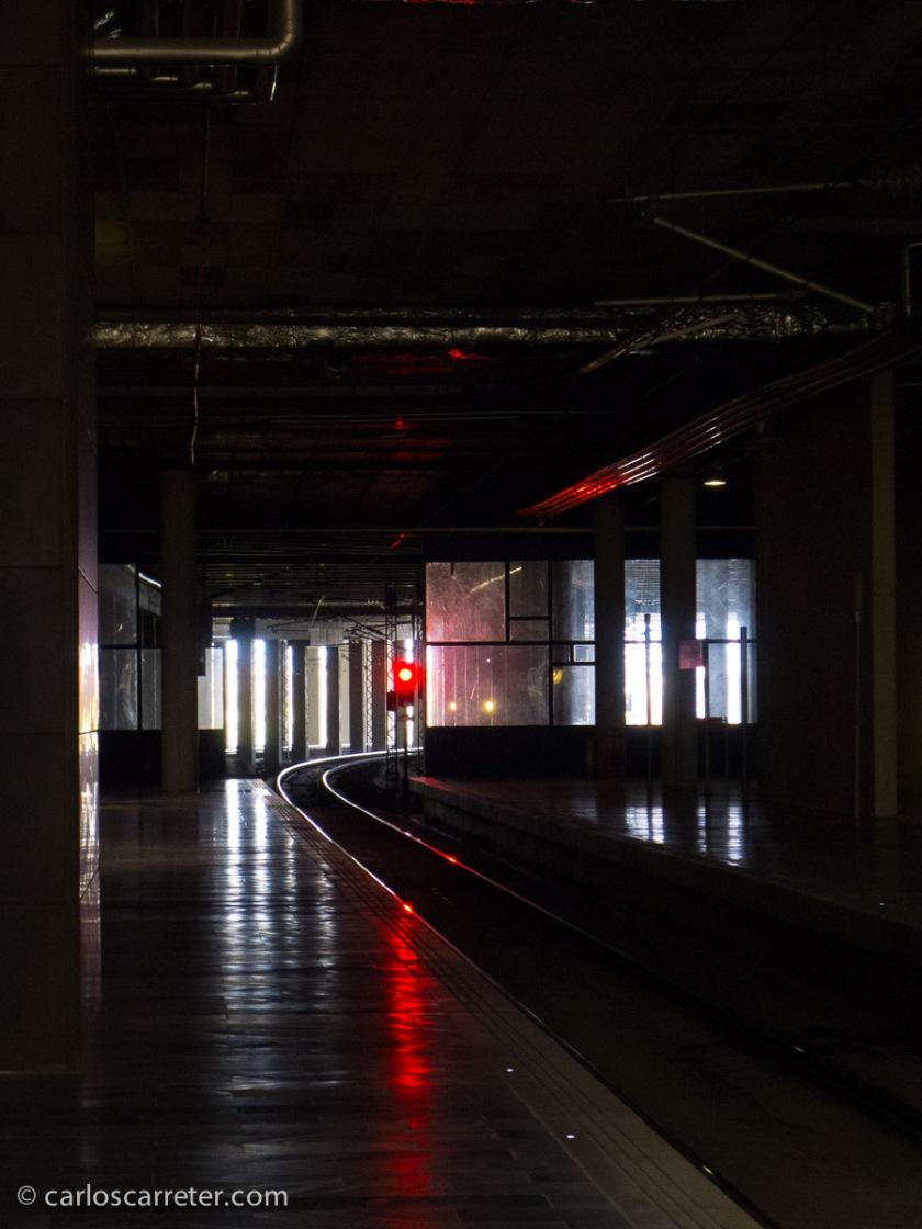 Libro leído en ruta, esperando al AVE en la estación de Zaragoza-Delicias, para ir a Barcelona. O en el tren mismo.