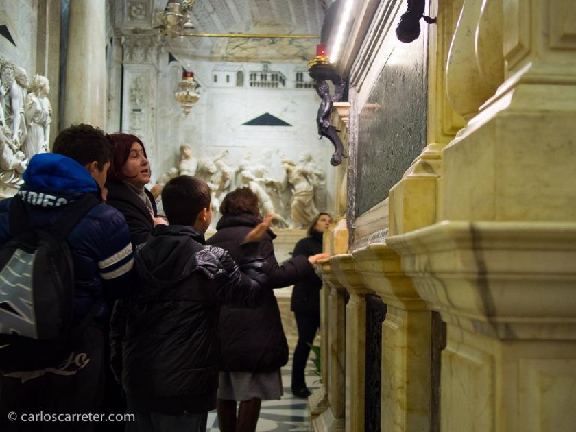 En la tumba del santo, Padua.