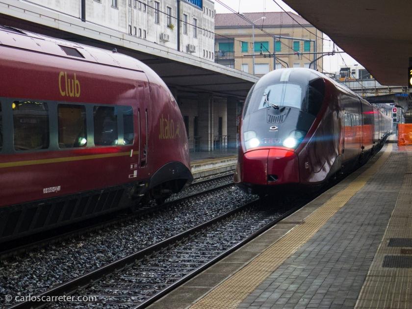Dos trenes de alta velocidad de NTV, la primera compañía europea privada en ofrecer servicios de alta velocidad, se cruzan en la estación de Padua.