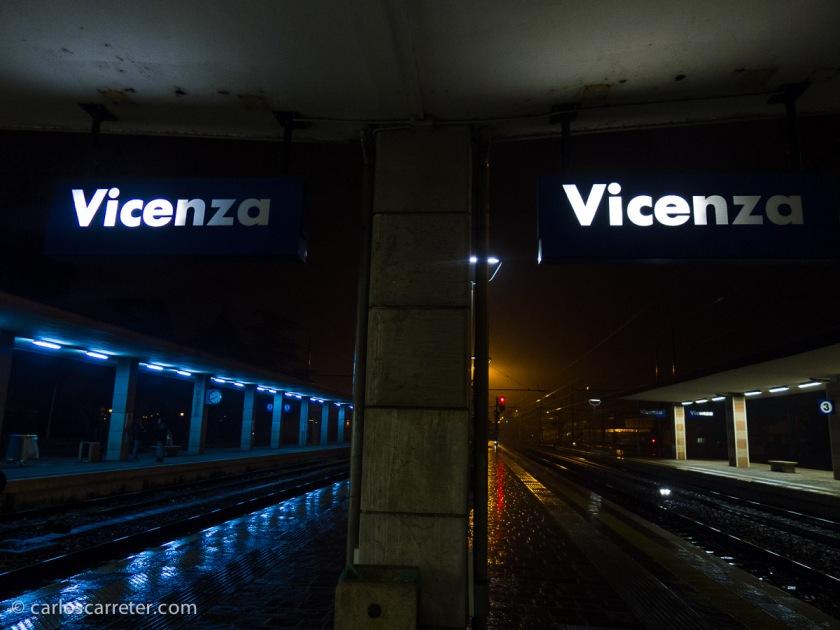 Tonos fríos y cálidos en la fría y lluviosa noche de Vicenza, esperando al último tren con destino Padua.