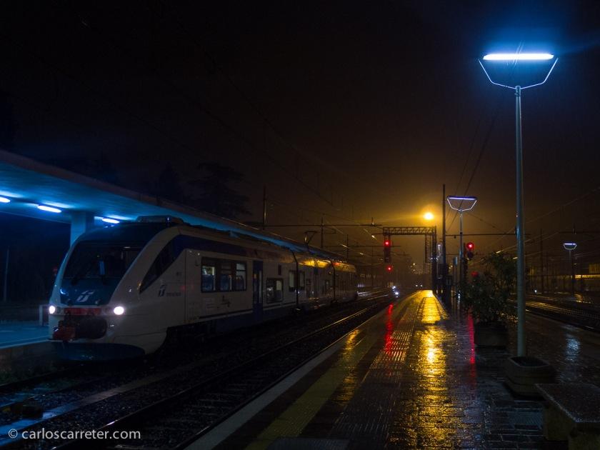 Un tren regional estacionado en Vicenza.