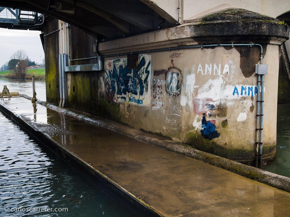 Anna y Francesca, guapas y decididas, los adolescentes de Piombino escriben sus nombres en las paredes con declaraciones de amor. Parece que algún admirador de Anna se ha llegado hasta estas esclusas del Naviglio del Brenta.