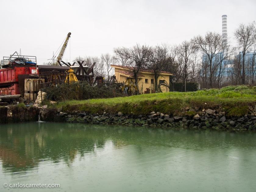 Las grandes zonas industriales no son necesariamente bonitas, como la siderúrgica Luchini de la novela, que existe en la realidad. En la foto, desde el Naviglio del Brenta se vislumbra la zona industrial de Venecia, al sur de Mestre.