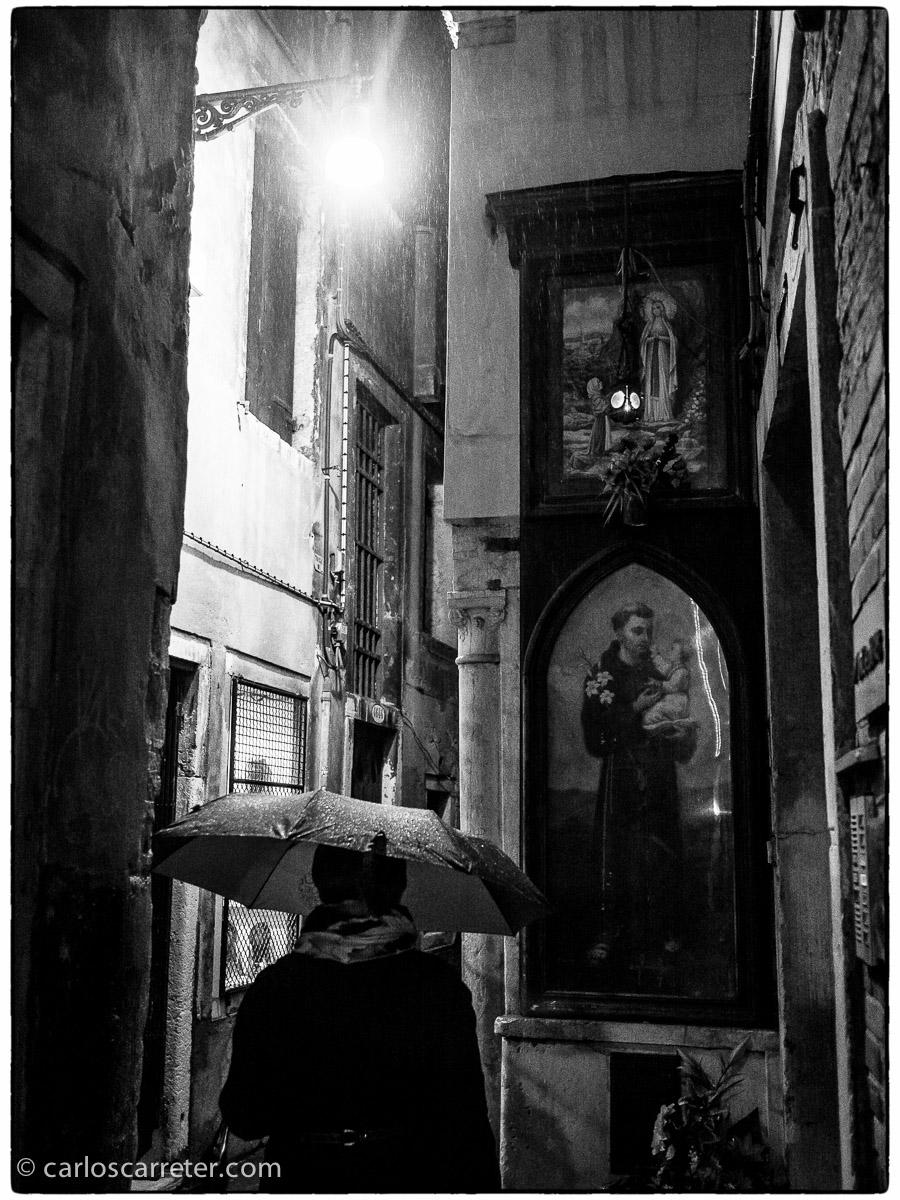 Las hornacinas con vírgenes y santos bajo la lluvia que salpican Venecia y cualquier otra ciudad italiana.