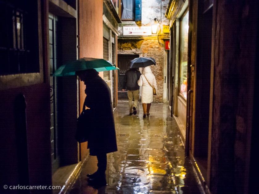 En las oscuras, estrechas, laberínticas y lluviosas calles de Venecia.