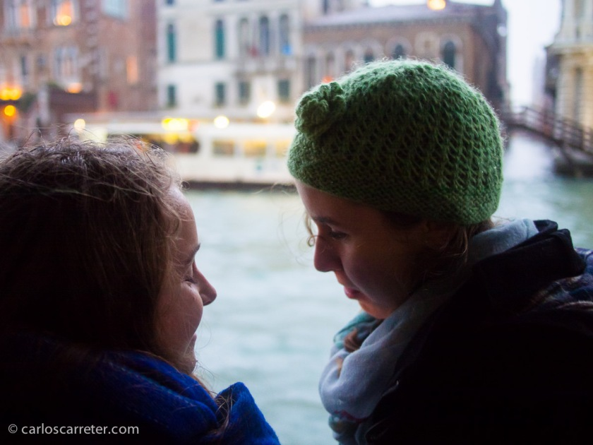Molestando al fotógrafo en el Gran Canal de Venecia.
