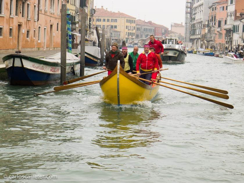 """Entrenando la """"regatta storica"""" en el Gran Canal, Venecia."""